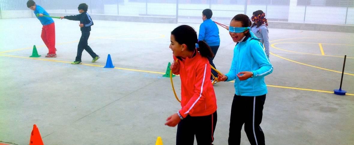 Chicos haciendo Educación Física