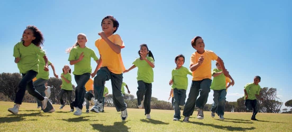 Alumnos corriendo