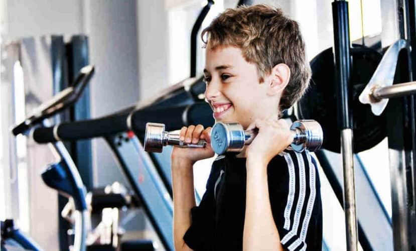 Joven entrenando