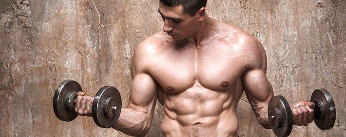 Chico entrenando bíceps