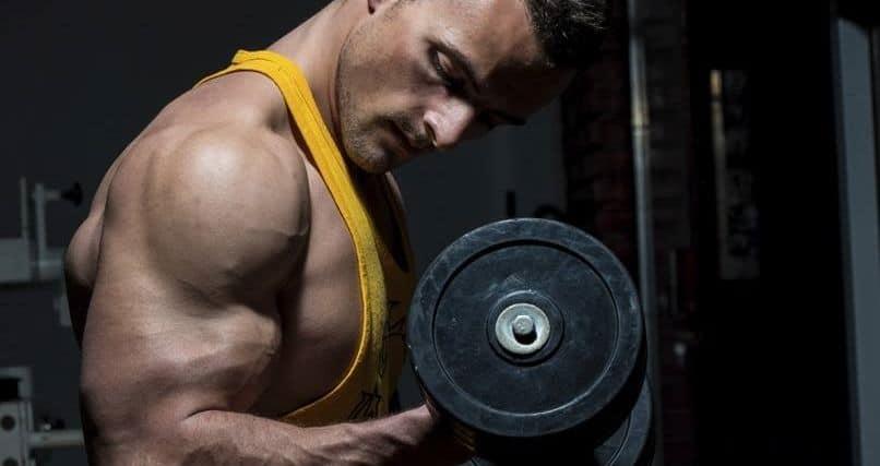 Joven haciendo curl de bíceps