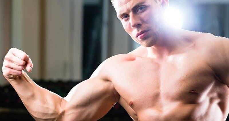 Progresión en el entrenamiento para ganar músculo, chico musculado