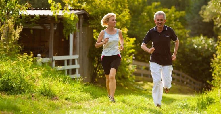 pareja adulta corriendo