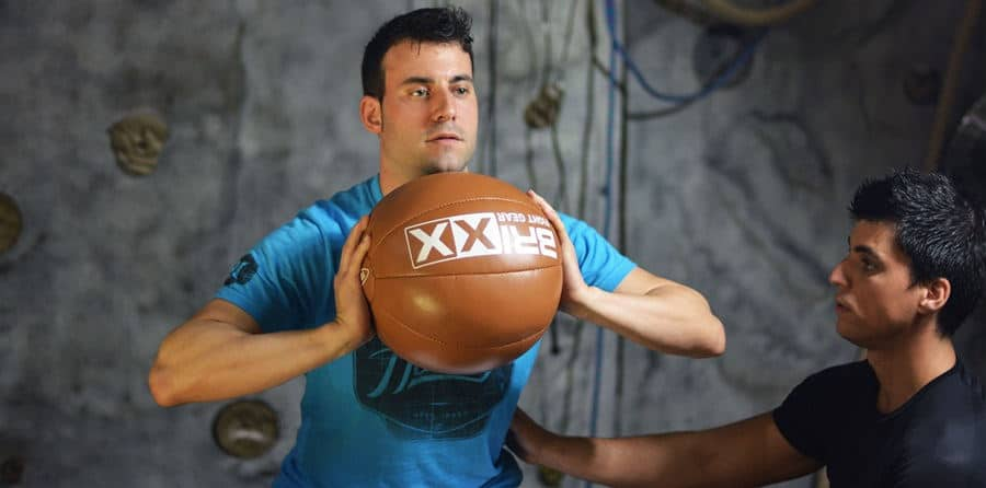 entrenador personal dirigiendo un ejercicio