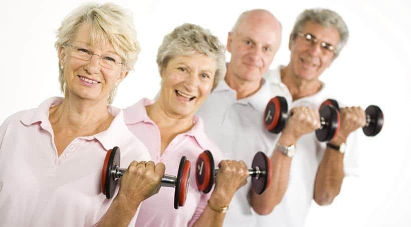 personas mayores ejercicio con pesas
