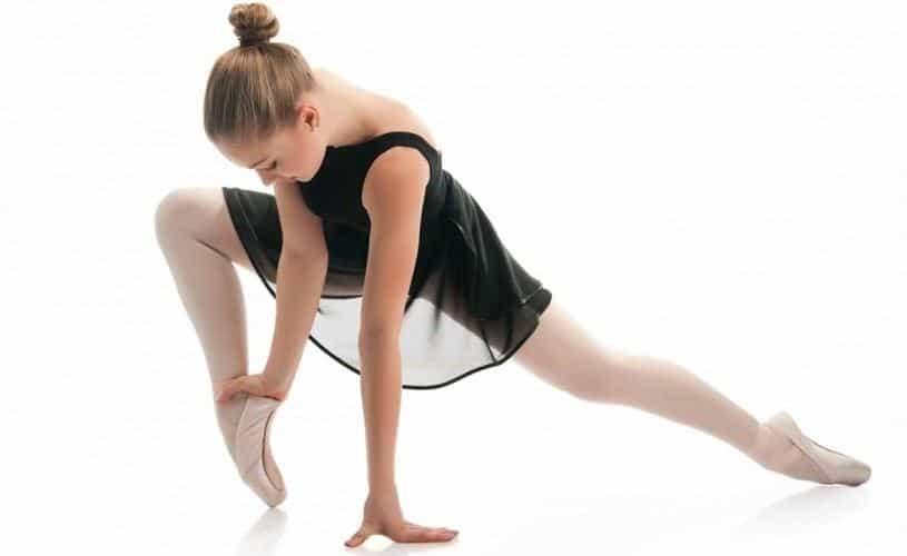 Adolescente entrenando ballet