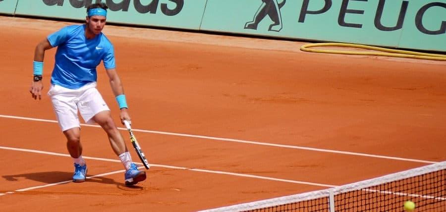 Rafael Nadal jugando en tierra