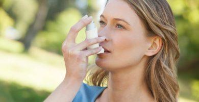 Chica utilizando un inhalador