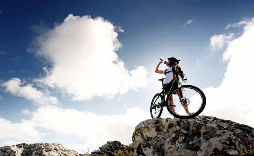 Mujer haciendo ciclismo