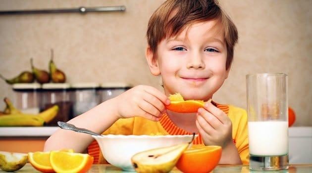 joven desayunando