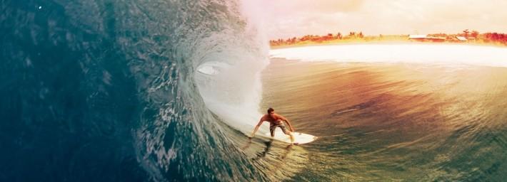 Chico haciendo surf