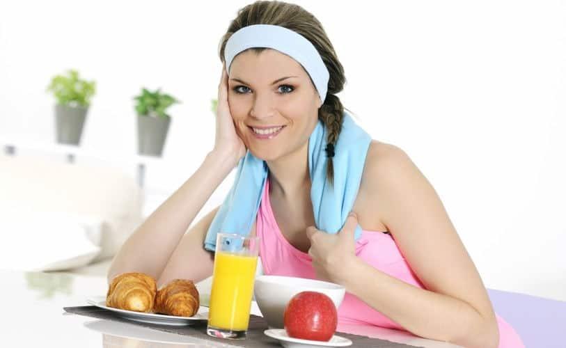 Mujer deportista desayunando
