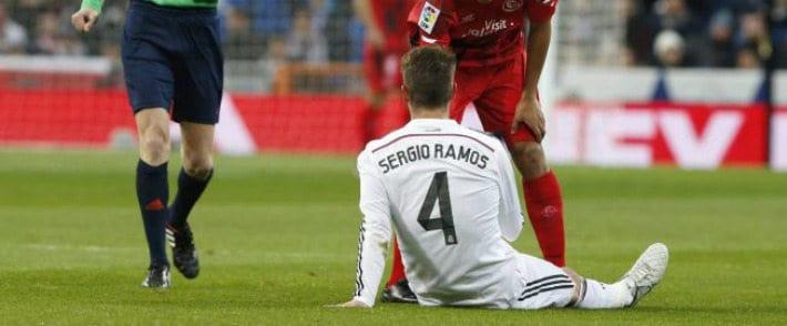 Sergio Ramos tumbado en el campo calentamiento preventivo