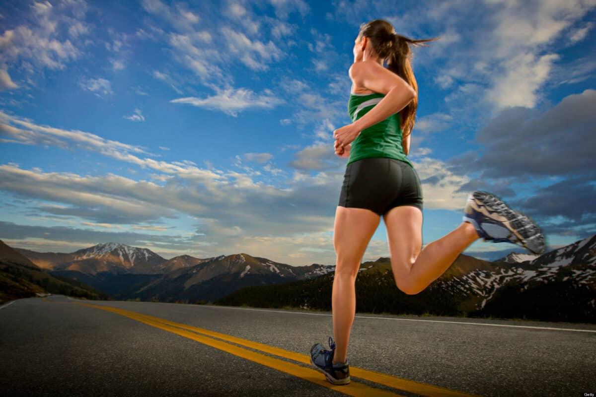 Mujer corriendo por la carretera