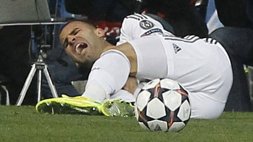 Futbolista lesionado en la rodilla