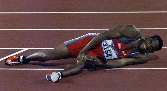 atleta tumbado en pista