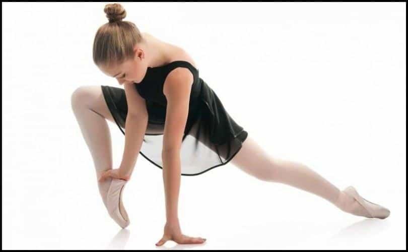 Niña estirando para ballet