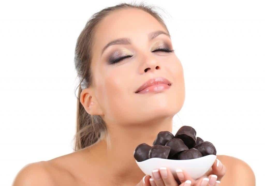 Chica a punto de comer Chocolate negro