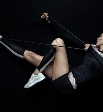 Chica entrenando con goma