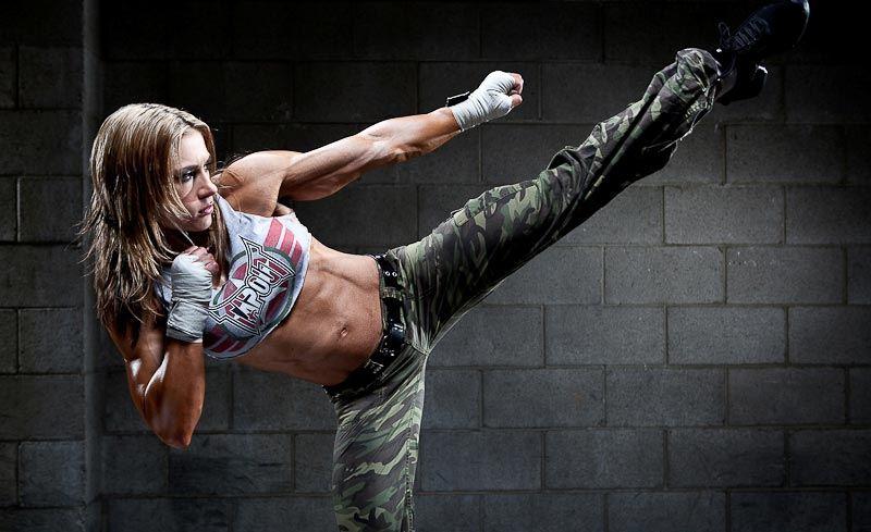 Chica entrenando deportes de combate