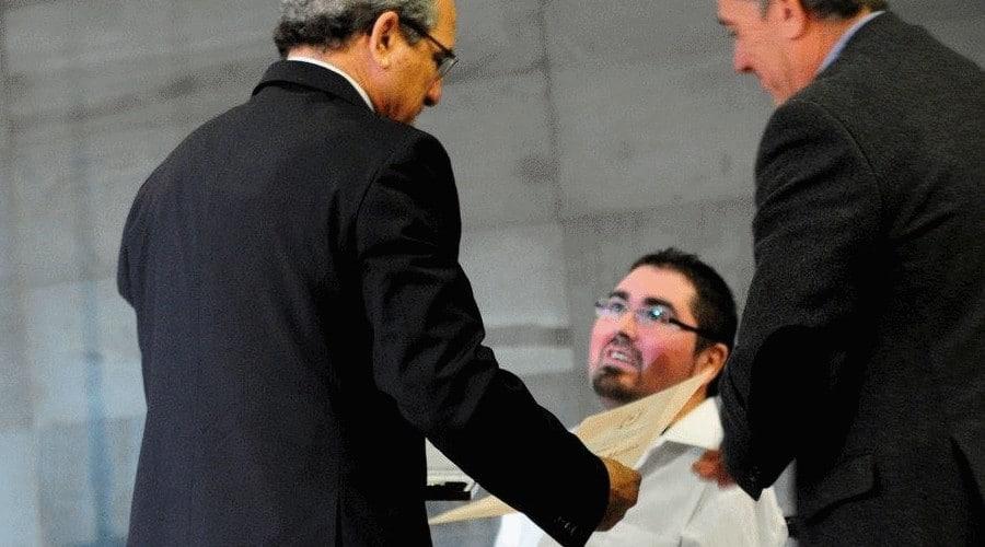 Fernando-entrega-diploma