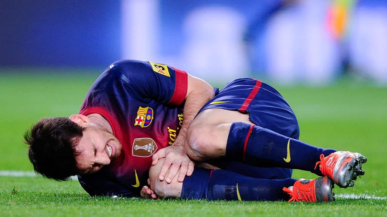 Messi tumbado en el cesped