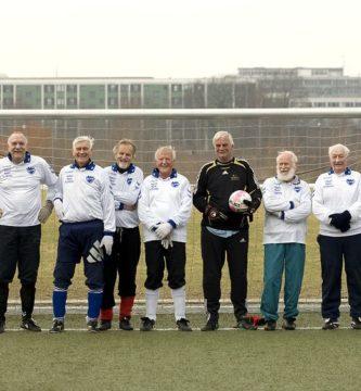 Ancianos jugando al fútbol
