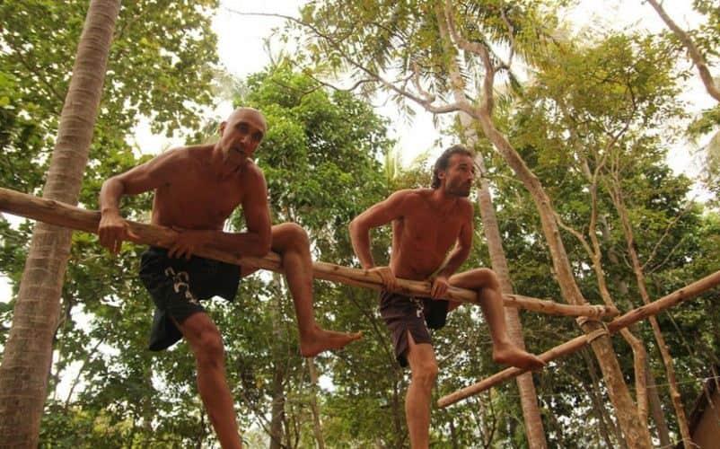 hombres trepando un árbol