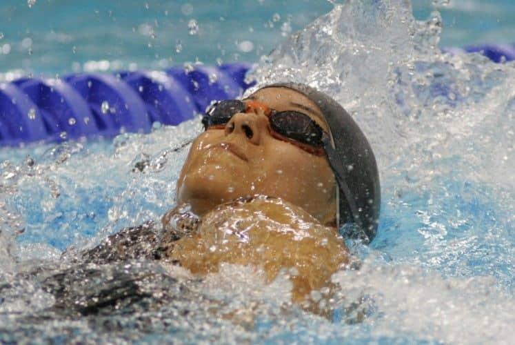 Adolescente compitiendo en natación