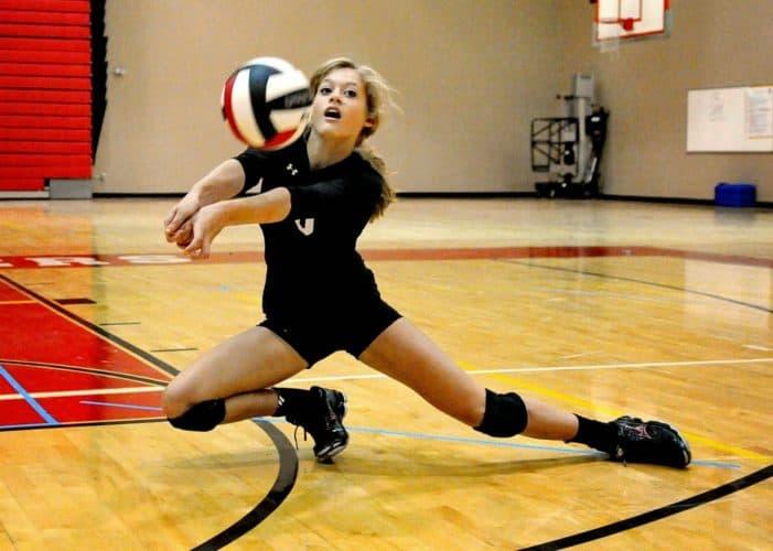 Adolescente realizando recepcion en voleibol