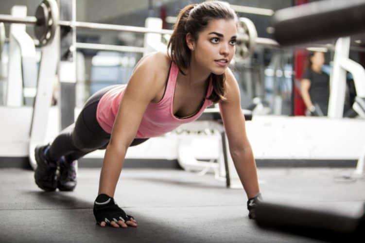 Chica realizando push ups