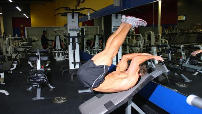Reverse Crunch inclined 30º. Movimiento de flexión de columna y cadera