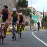 Triatletas en bicicleta