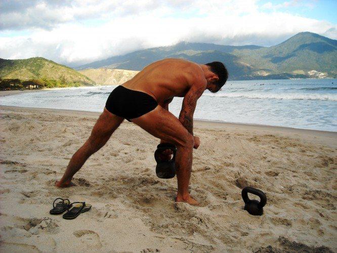 Entrenamiento con Kettlebell en la playa