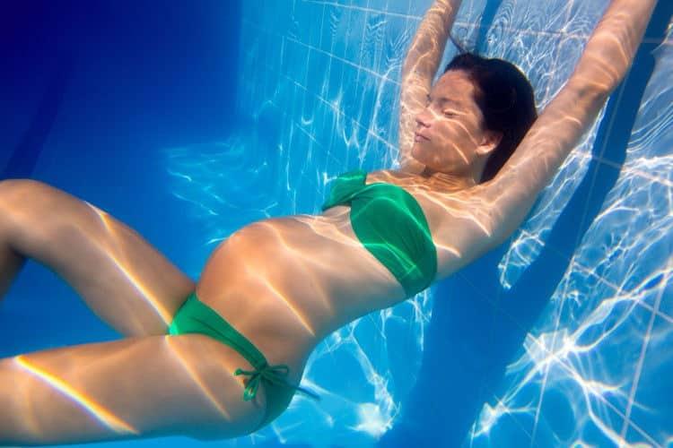 Embarazada entrenando bajo el agua
