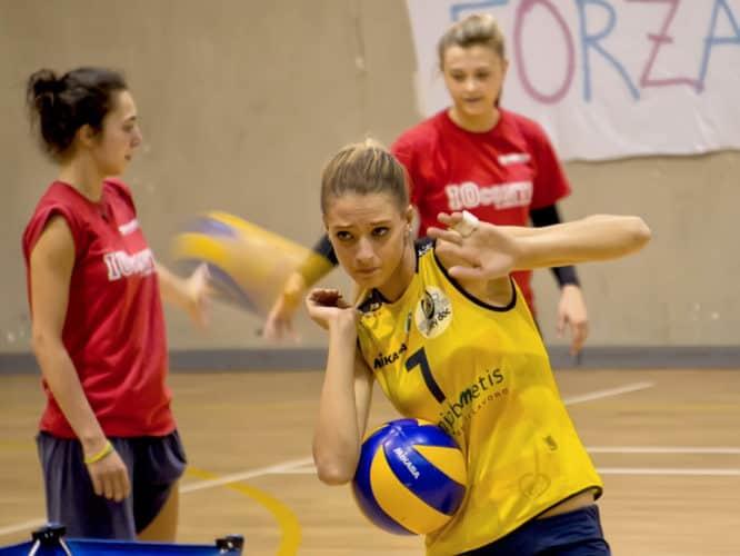 Chica jugando al voleibol