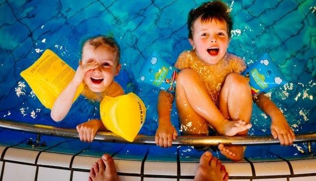 jóvenes en la piscina