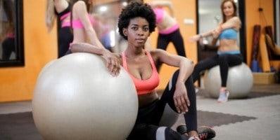 Entrenamiento con bosu en un gimnasio