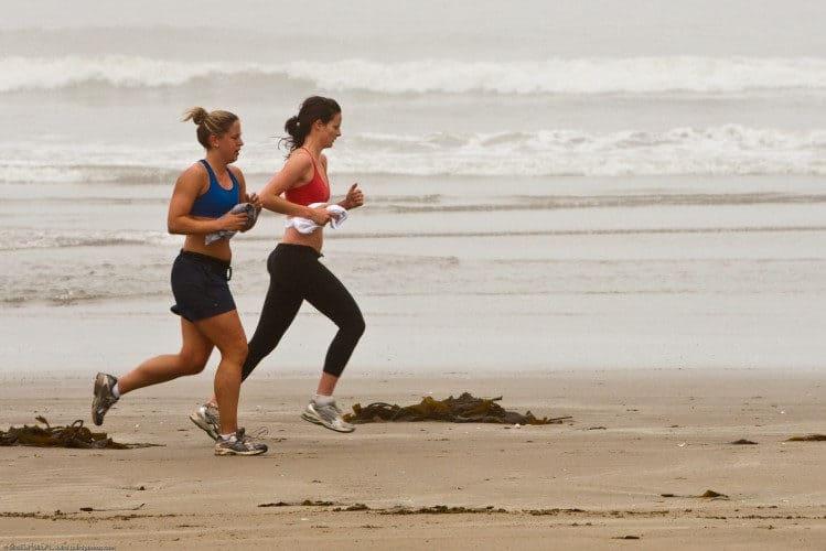 Chicas corriendo en la playa