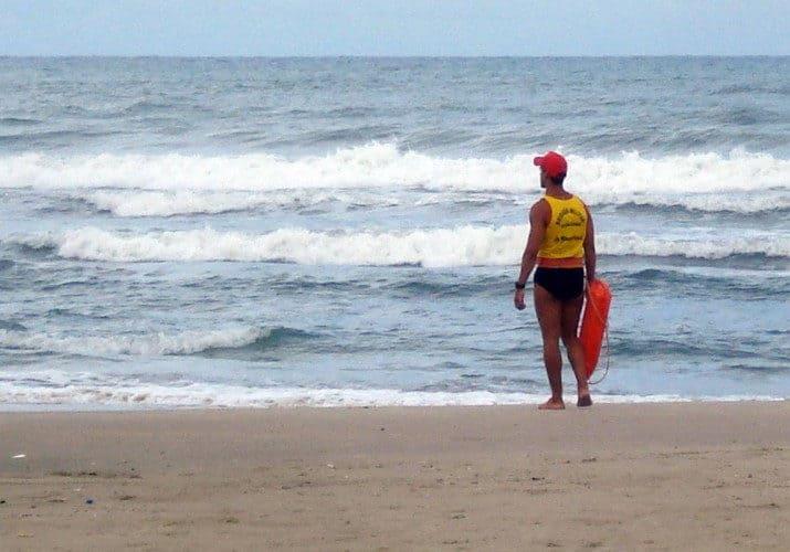 Socorrista controlando el mar