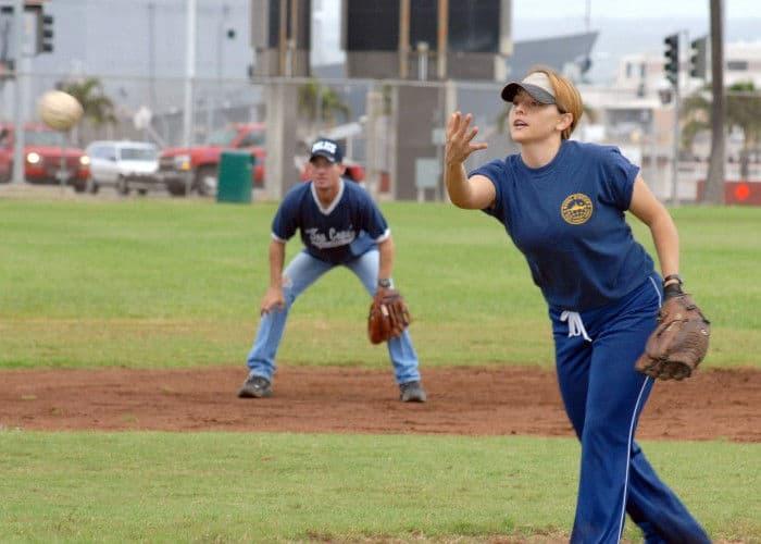 Chica jugando al softball