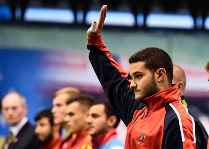 Victor saludando
