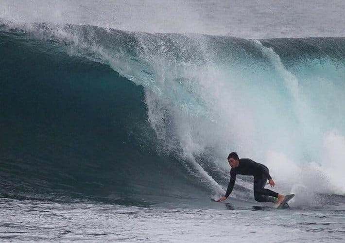 Guillermo entrando a ola