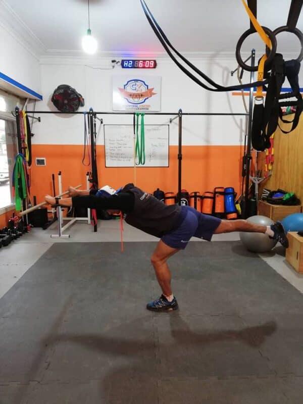 Ejercicio de dominancia de cadera unilateral para fortalecer la musculatura extensora.