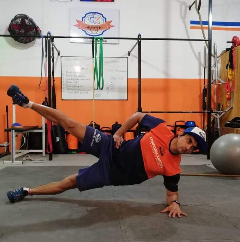 Plancha lateral con abducción de cadera.