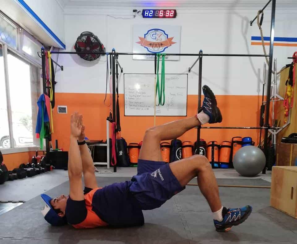Puente de glúteos unilateral, ejercicio de activación lumbo-pelvico.
