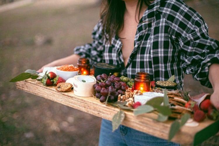 chica haciendo comida para bajar de peso