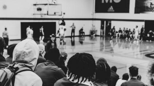 Afición en una pista de baloncesto