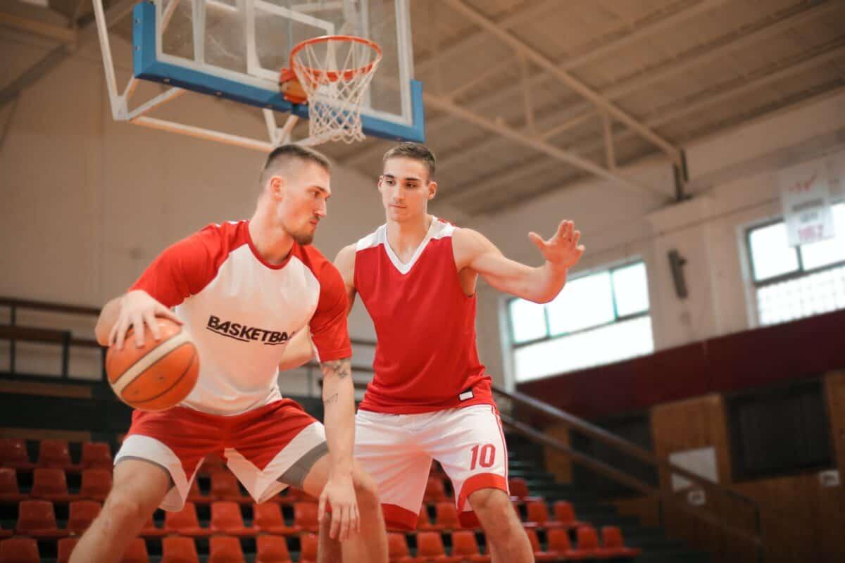 Defensa del pívot en baloncesto