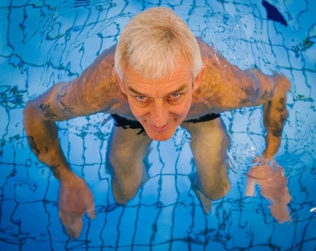 hombre en piscina